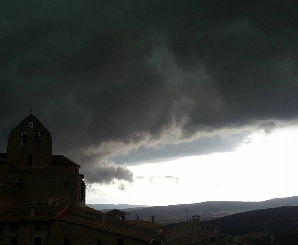 Aunque habría que confirmarlo viéndolo de lejos, este nubarrón que de pronto oscureció el día me parece a mi que fue un cumulonimbus