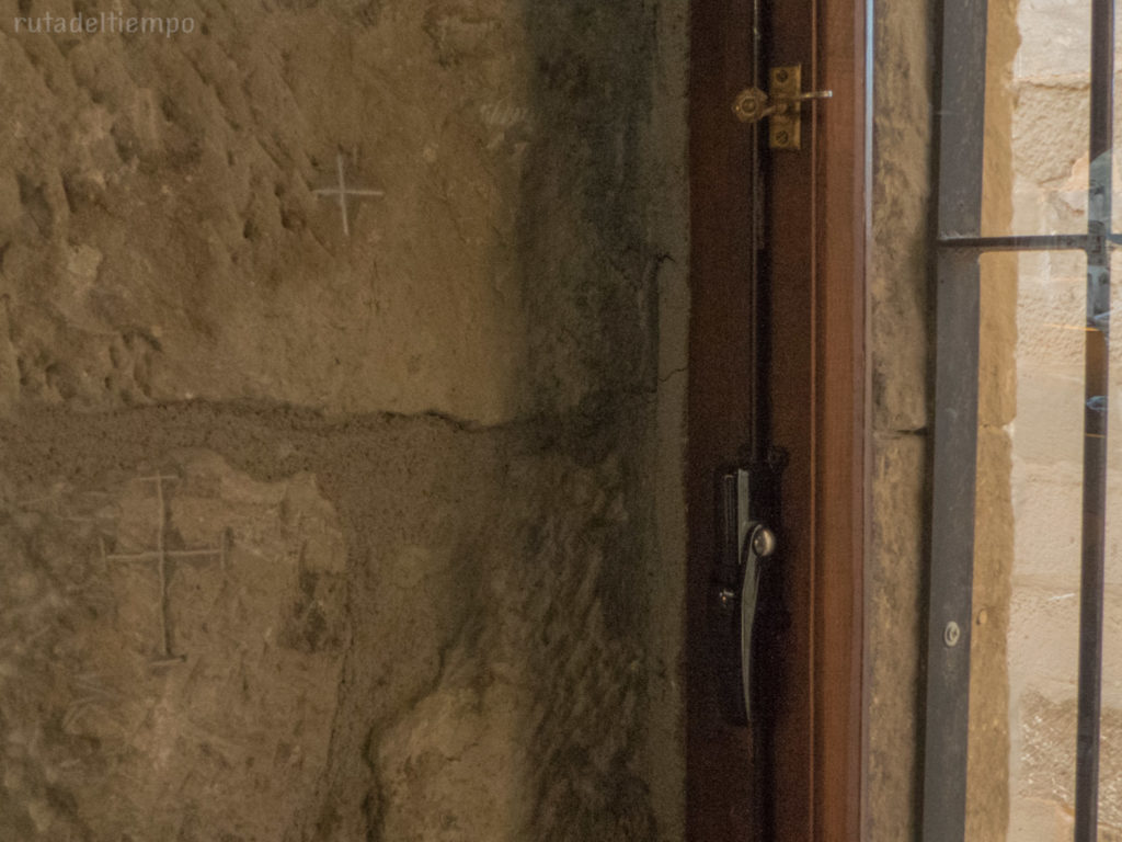 Cruces junto a ventana