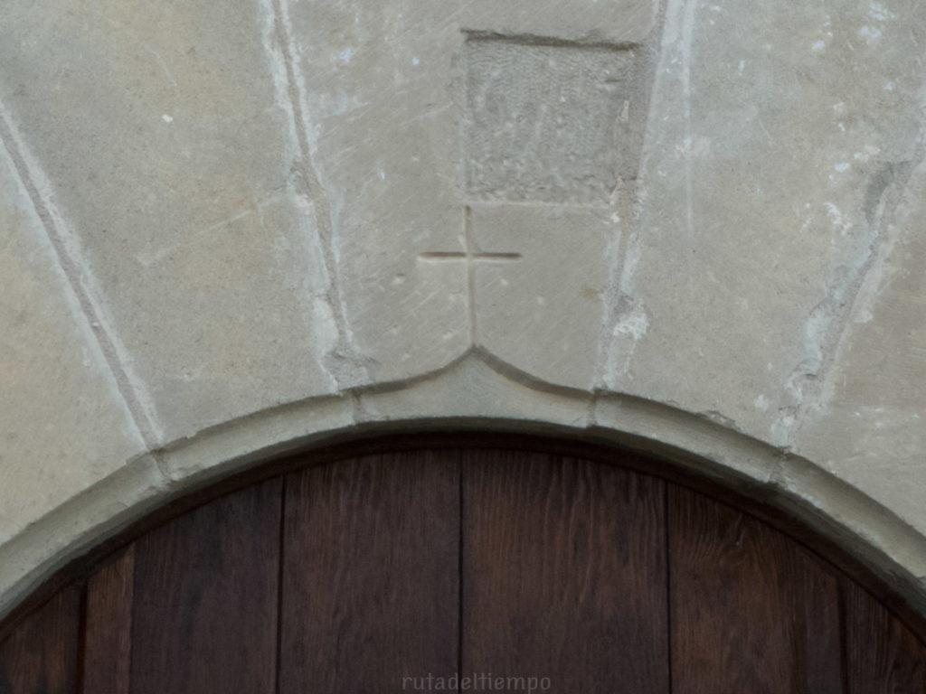 Cruz en el arco de la puerta